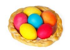 在一条被烘烤的猪尾的许多复活节彩蛋 免版税库存图片