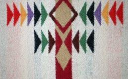在一条被编织的羊毛毯子的多彩多姿的设计 免版税库存照片