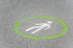 在一条被铺的小径的被绘的标志 库存照片
