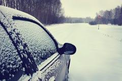 在一条被雪包围住的路的汽车 免版税库存图片