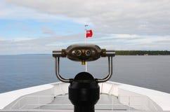 在一条观光的小船的旅游观察者 免版税库存照片