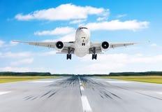 在一条跑道的大飞机航空器飞行离开着陆速度行动好天气的与积云天空天 免版税图库摄影