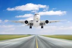 在一条跑道的大飞机航空器飞行离开着陆速度行动好天气的与积云天空天 图库摄影