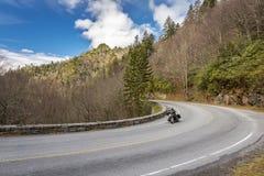 在一条路在发烟性山-田纳西的摩托车 免版税库存照片