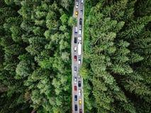 在一条路的堵车有在繁忙运输困住的汽车的 免版税库存图片