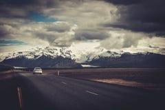在一条路的汽车在一个国家公园 图库摄影