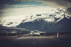 在一条路的汽车在一个国家公园 免版税库存照片
