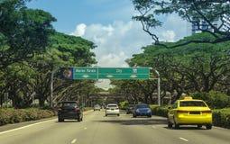 在一条路的汽车在新加坡街市核心 图库摄影