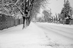 在一条路的汽车在降雪以后 库存照片