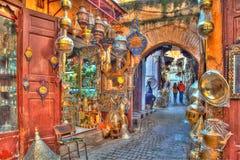 在一条车道在老王国城市Fes的麦地那在摩洛哥,非洲 免版税库存照片