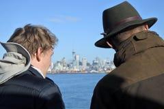 在一条轮渡的游客旅行在奥克兰新西兰 免版税库存图片