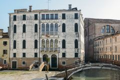 在一条运河旁边的威尼斯式建筑学在Ospedale区 免版税库存图片