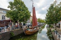 在一条运河的一条老地道渔夫小船在De的市中心 免版税库存照片