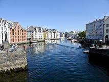 在一条运河的五颜六色的大厦在Alesund, 免版税库存照片
