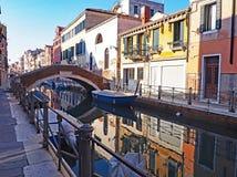 在一条运河的反射在市威尼斯,意大利 图库摄影