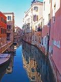 在一条运河的反射在市威尼斯,意大利 免版税库存照片