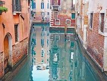 在一条运河的反射在市威尼斯,意大利 免版税库存图片