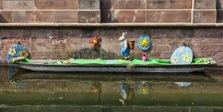 在一条运河的复活节装饰在科尔马 免版税库存图片