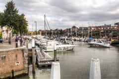 在一条运河的小船在多德雷赫特,荷兰 库存图片