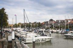 在一条运河的小船在多德雷赫特,荷兰 库存照片