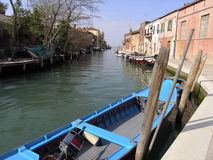 在一条运河的小船在威尼斯 免版税图库摄影