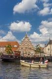 在一条运河的小船在莱顿的中心 免版税库存照片