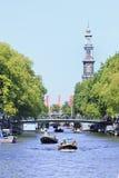 在一条运河的小船在阿姆斯特丹老镇 库存照片