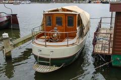 在一条运河的小船在阿姆斯特丹 荷兰 库存图片