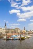 在一条运河的小船在Baumwall地区在汉堡, 免版税库存照片