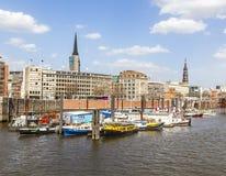 在一条运河的小船在Baumwall地区在汉堡, 库存照片