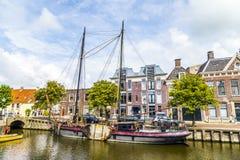 在一条运河的小船在Harlingen 免版税库存照片
