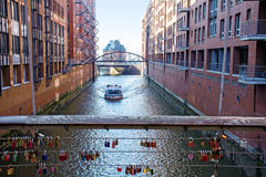在一条运河的小船在Speicherstadt仓库区在Hambu 免版税图库摄影