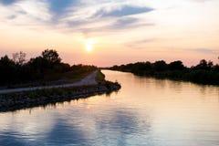 在一条运河的日落在Camargue,法国 免版税库存照片