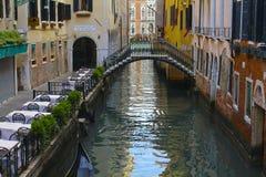 在一条运河的桥梁在威尼斯 免版税库存照片