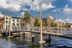 在一条运河的桥梁在莱顿的历史的中心 库存照片