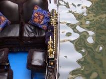 在一条运河的浪漫长平底船在威尼斯意大利 库存图片