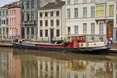 在一条运河的葡萄酒居住船在市跟特 库存照片
