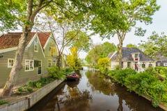 在一条运河的视图在一个荷兰语有历史的村庄 免版税库存照片