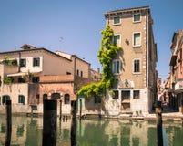 在一条运河的边的美丽如画的大厦在基奥贾,威尼斯 库存图片
