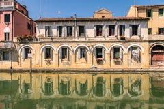 在一条运河的边的美丽如画的大厦在基奥贾, Venic 免版税图库摄影