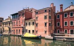 在一条运河的边的美丽如画的大厦在基奥贾, Venic 免版税库存照片