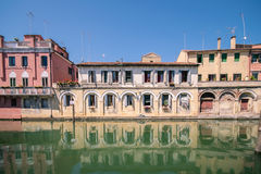 在一条运河的边的美丽如画的大厦在基奥贾, Venic 免版税库存图片