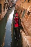 在一条运河的长平底船在威尼斯市 免版税库存照片