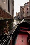 在一条运河的长平底船在威尼斯 库存图片