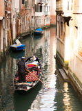 在一条运河的长平底船在威尼斯 库存照片