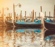 在一条运河的长平底船在威尼斯 免版税库存图片