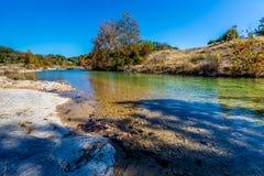 在一条透明的小河的秋叶在得克萨斯小山国家  免版税图库摄影