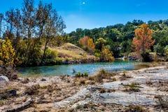 在一条透明的小河的秋叶在得克萨斯 库存图片
