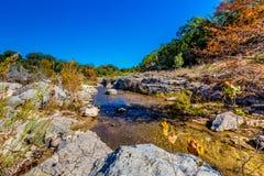 在一条透明的小河的秋叶在TX小山国家  库存图片