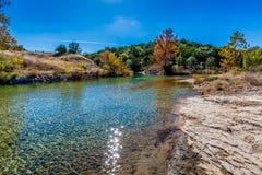 在一条透明的小河的秋叶在TX小山国家  免版税库存图片